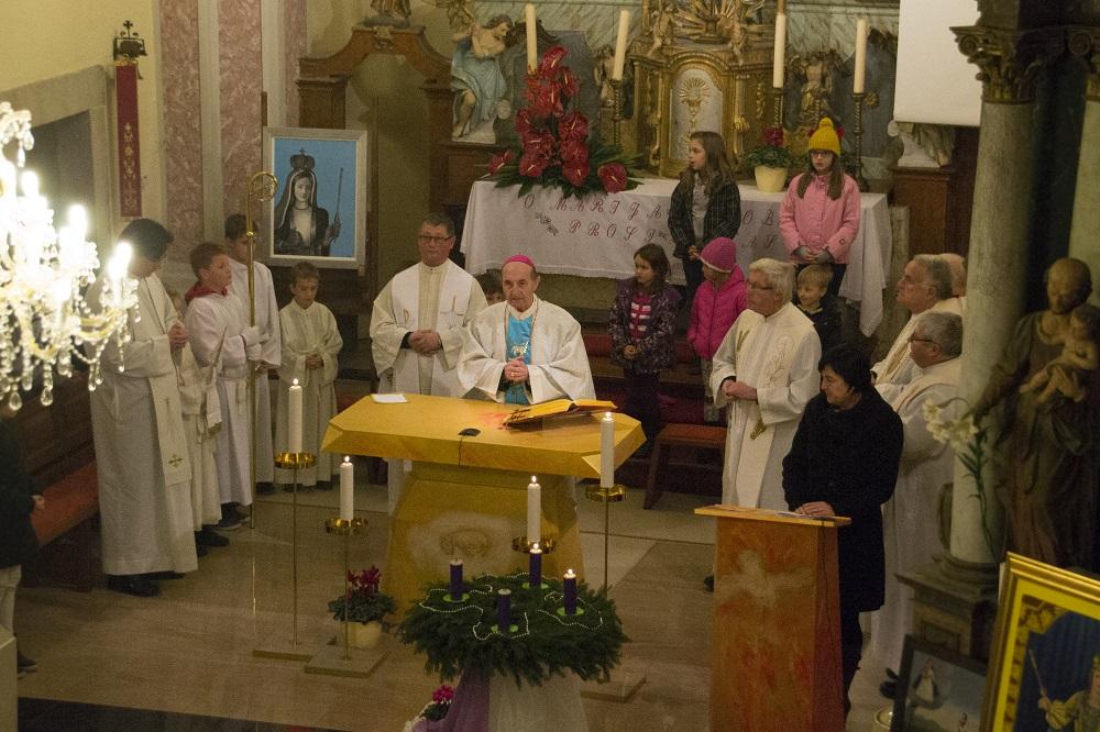 Sv. maša, ki jo je vodil gospod nadškof in več duhovnikov